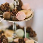 Etagere mit Cupcakes, Cake Pops und Macarons